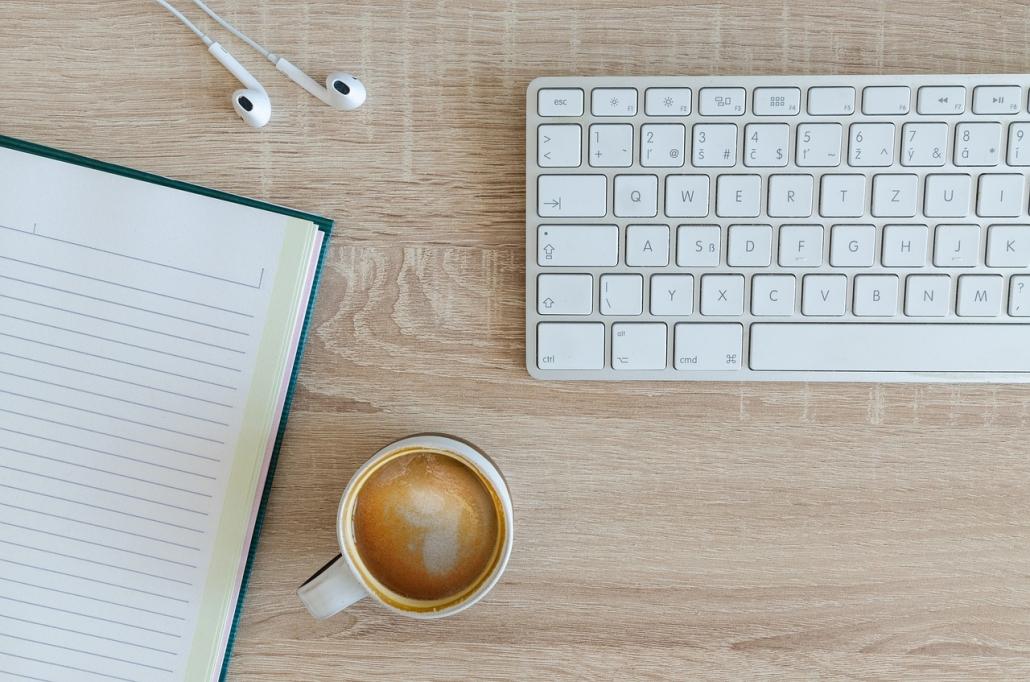 Kávé billentyűzettel és notesszel